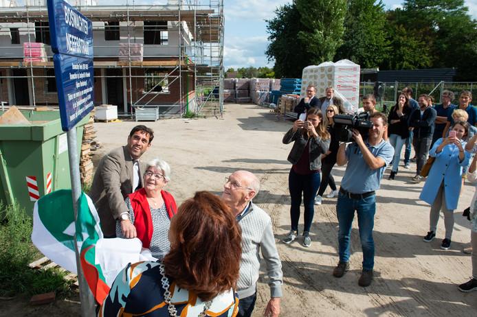 Nabestaanden van boswachter Neefs onthullen samen met burgemeester Leny Poppe-de Looff en Onno Brautigam het straatnaambordje in Rijsbergen.
