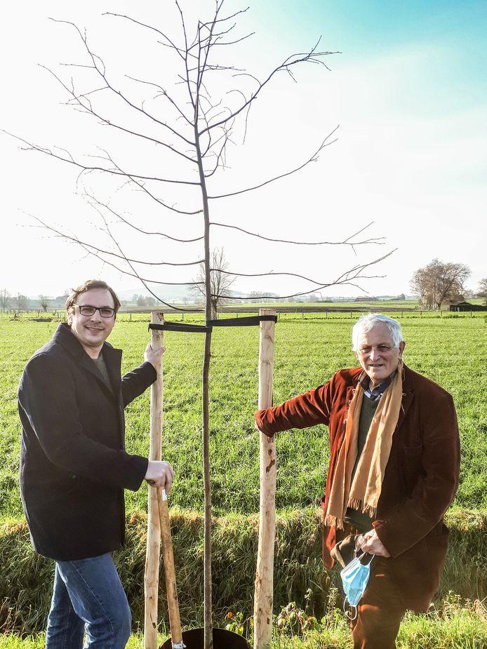 Kersvers burgemeester Wieland De Meyer en schepen Jean-Pierre Geelhand de Merxem planten de eerste van 200 bomen.