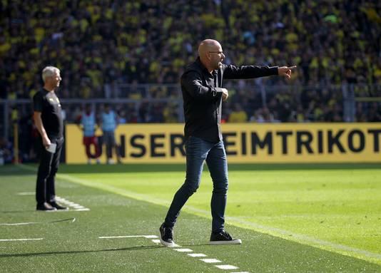 Peter Bosz (r) geeft aanwijzingen in Dortmund. Links zijn Borussia-collega Lucien Favre.