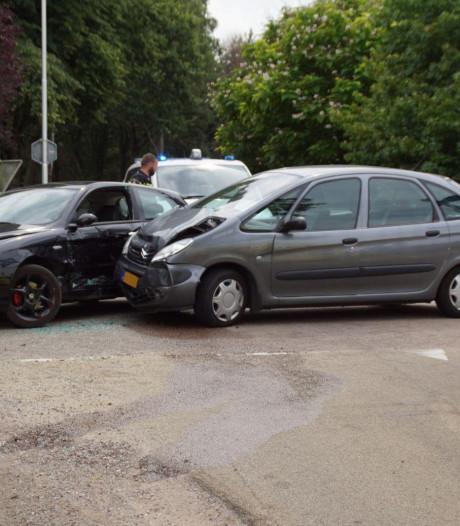 Een gewonde door botsing tussen twee auto's in Vragender