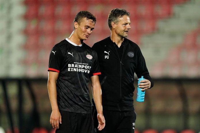 Kristófer Kristinsson van Jong PSV met trainer Peter Uneken.