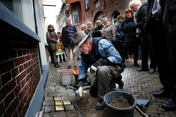 De Duitse kunstenaar Gunter Demnig plaatst struikelstenen in Gorinchem.