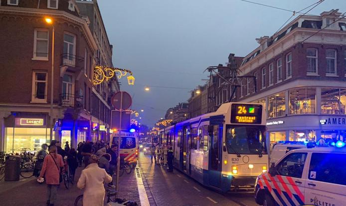 Agenten reanimeerden gisteren een man op de Ferdinand Bolstraat in Amsterdam, maar werden gehinderd door filmende omstanders
