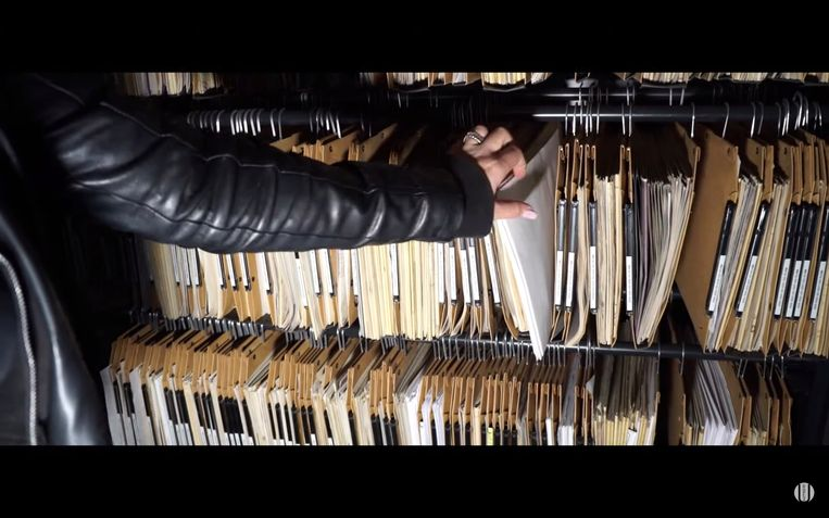 een archiefkamer boordevol technische dossiers.