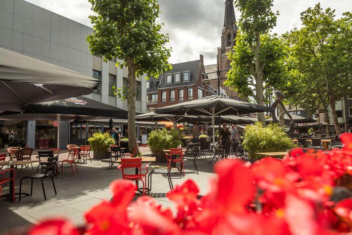 De terrassen op de Markt in Helmond zijn ruimer opgesteld.