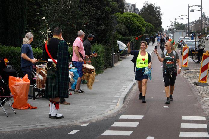 Een doedelzakspeler verwelkomt de wandelaars op de Via Gladiola.