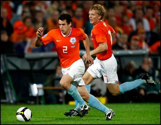 Dirk Marcellis aan de bal in zijn debuut voor Oranje tegen IJsland in 2008. Rechts Dirk Kuyt.