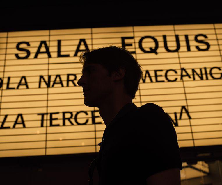 Miquel Bulnes voor de ingang van Sala Equis, een filmhuis in Madrid. Beeld null
