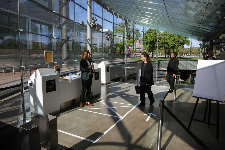 Minister Van Engelshoven bezoekt op 11 mei het Van Gogh Museum in Amsterdam, dat per 1 juni weer open mag. Beeld ANP