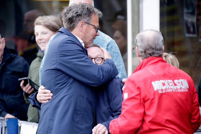 Henk de Jong begroet een supporter van Cambuur.
