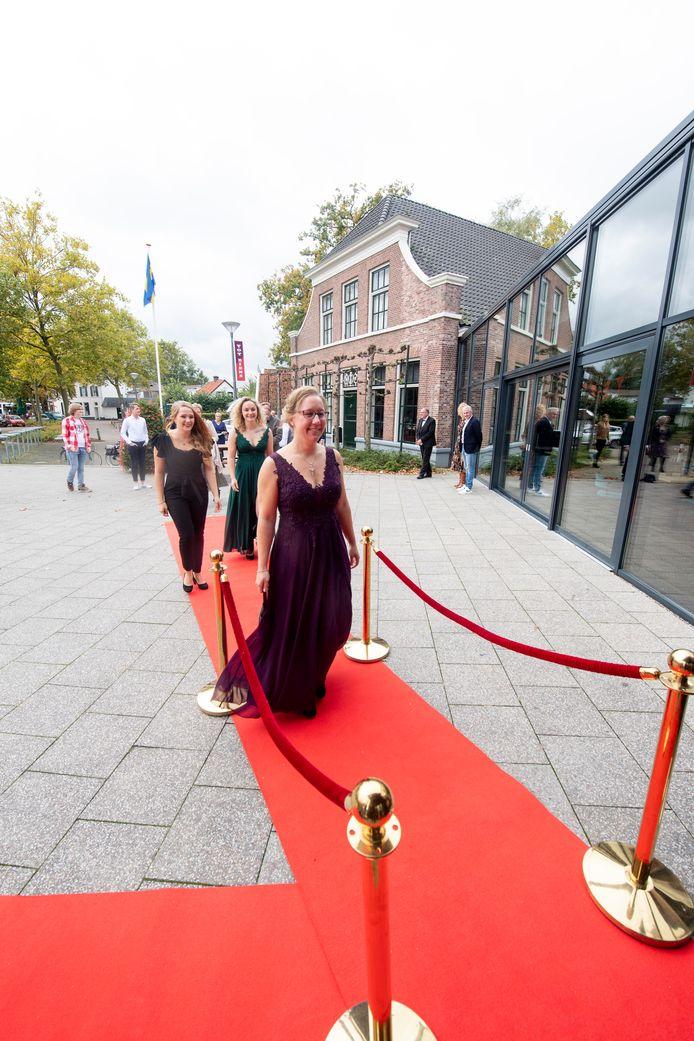 Veel medewerkers van de film Lina zien er tijdens de premiere op hun mooist uit.