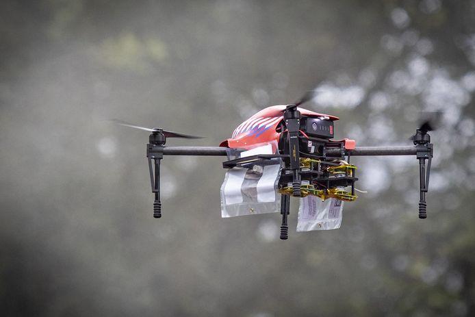 Demonstratie door de brandweer met snuffeldrone op Safety Campus Twente. Er wordt een brand gemaakt en de drone detecteert de schadelijke stroffen die daarbij vrijkomen.