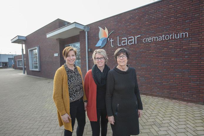 Moniek, Jakeline en Elly de Groof voor het verbouwde uitvaartcentrum in Beek en Donk.