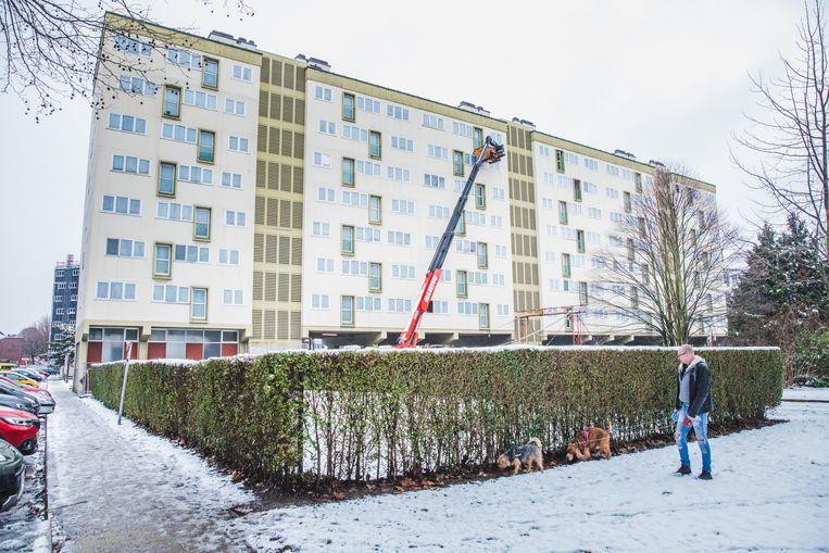 Het oude gebouw centraal op het Churchillplein wordt afgebroken.