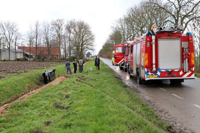 De hulpdiensten rukten massaal uit voor een melding van een auto in een sloot, maar de bestuurder bleek al veilig thuis.