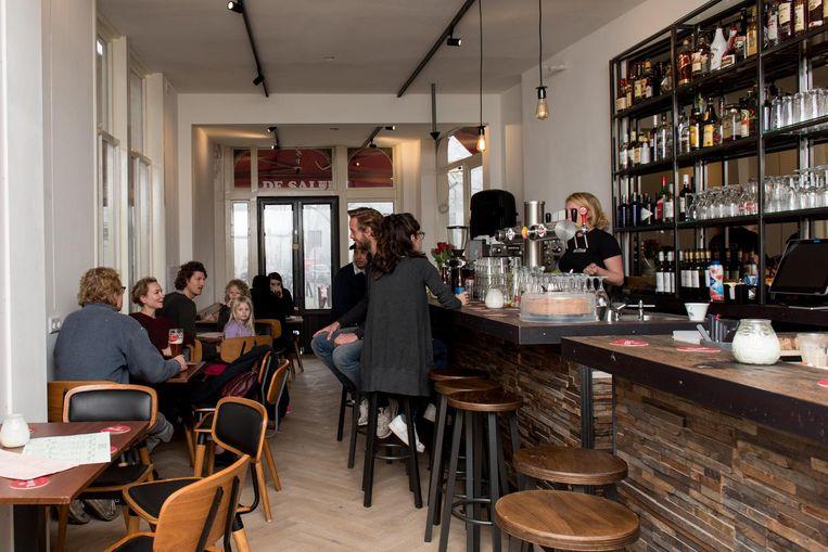 De bar is gemaakt van een oude Belgische treinwagon Beeld Marijke Stroucken