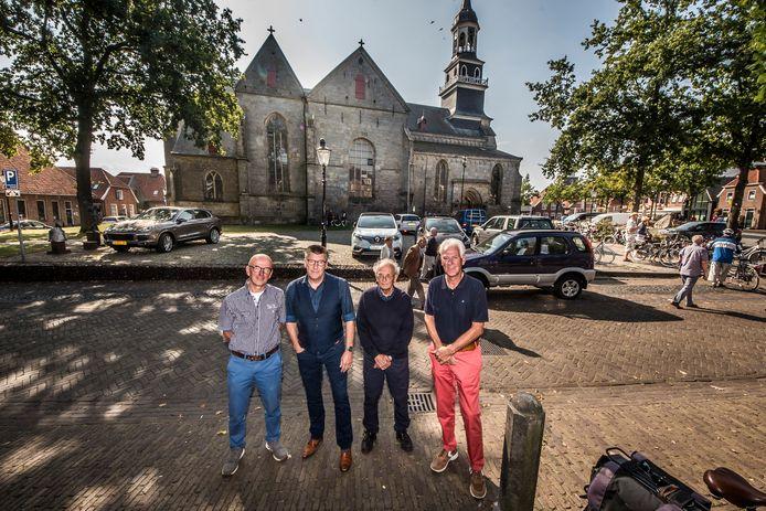 Jan Bank, tweede van links, heeft excuus aangeboden aan de eigenaar van hotel Van der Maas aan de Grotestraat.