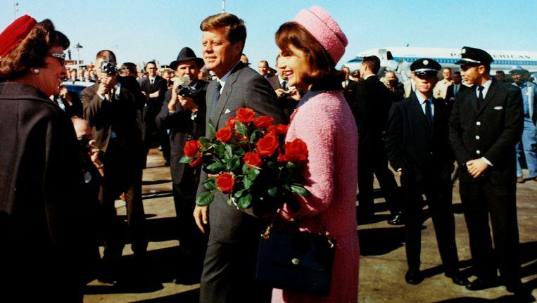 John F Kennedy en zijn vrouw Jacqueline komen aan in Dallas, waar de president later die dag vermoord zou worden. Beeld Reuters