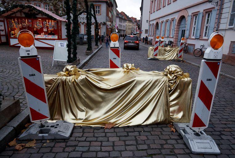 'Ingepakte' betonblokken op de kerstmarkt van Heidelberg.