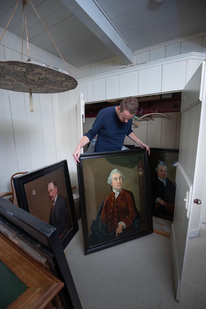 In een zolderkast staan  schilderijen met portretten van leden van de adelijke familie Sloet.
