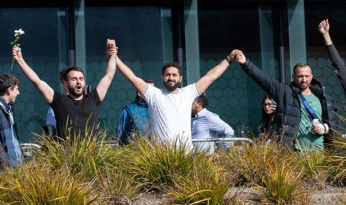 Overlevenden van de aanslag vieren het vonnis van de rechtbank in Christchurch. (27/08/2020)