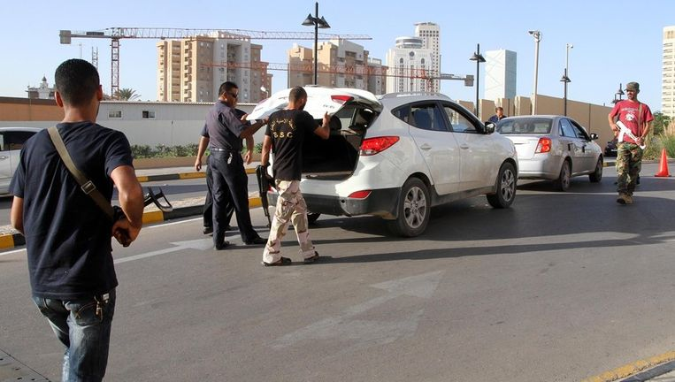 Veiligheidspersoneel rond het Corinthia-hotel in Tripoli. Beeld afp