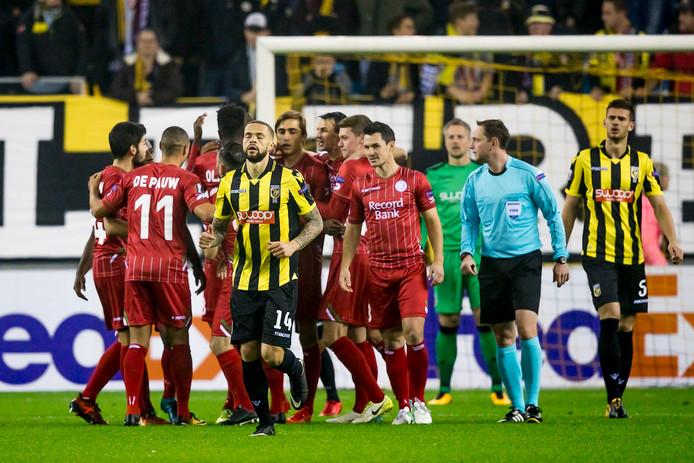 Zulte Waregem viert de 0-1, Vitesse-doelman Remko Pasveer (op de achtergrond) baalt.