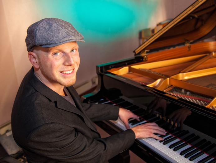 Gorcumer Daniel Roos is nu voorman van de tribute-formatie Piano Man Band.