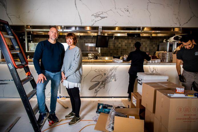 Het is hard werken voor Frank Huson en Maaike Groenewegen - en nog tal van werklui - om hun nieuwe zaak maandag te openen, maar het gaat volgens het stel zeker lukken.