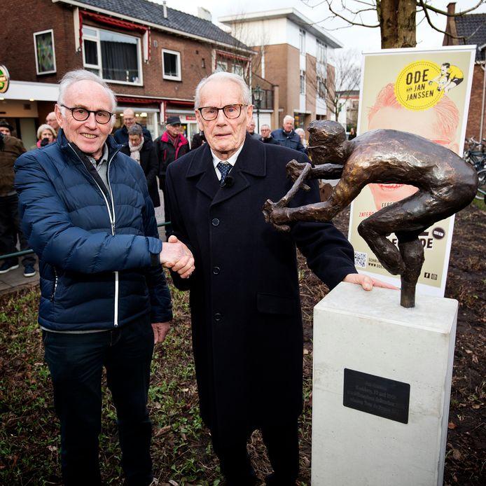 Onthulling bronzen standbeeld van wielerlegende Jan Janssen. In het bijzijn van Joop Zoetemelk wordt het beeld onthuld.
