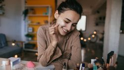 Bye Photoshop, hallo oneffenheden: beautymerk kiest voor authenticiteit