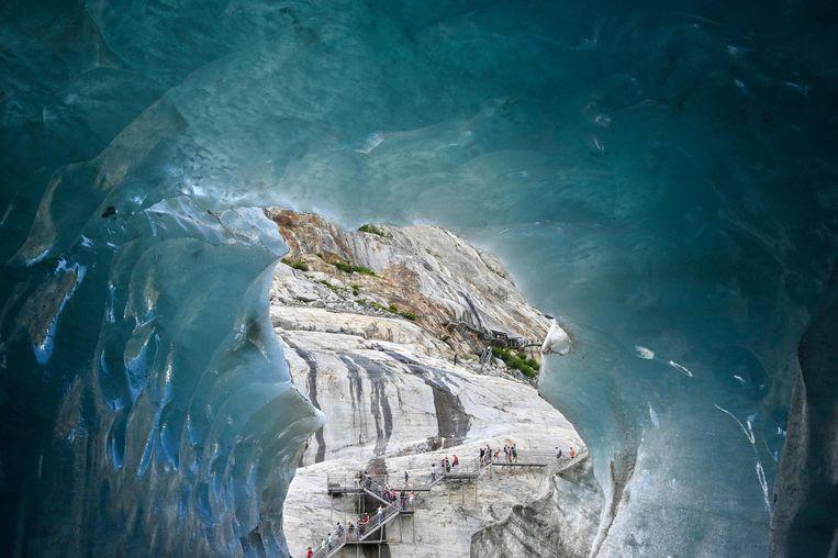 """Toeristen bezoeken """"La Grotte de Glace"""". Frankrijks grootste gletsjer is dramatisch gekrompen de laatste jaren."""