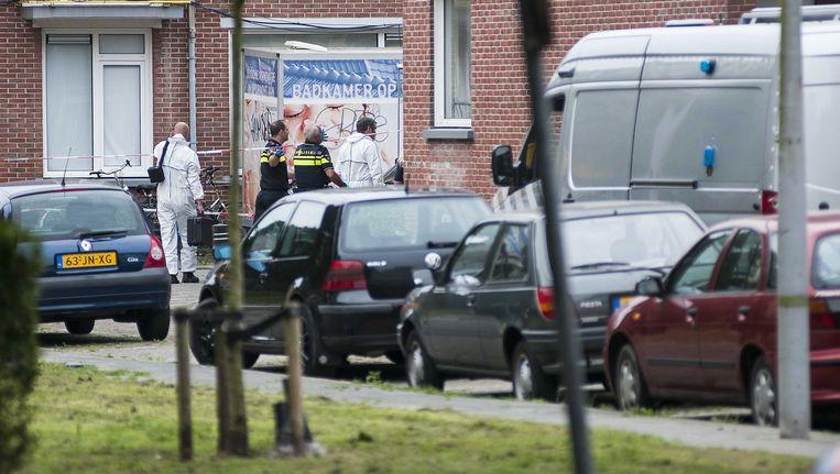 Hulpdiensten bij de woningen aan de Adriaan Pauwstraat die zijn ontruimd na de vondst van explosieven Beeld anp