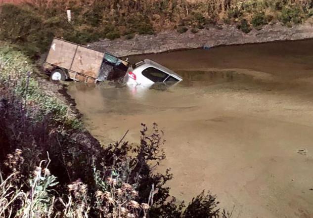 De bestuurder moest de politie bellen om zich uit zijn penibele situatie te laten bevrijden.