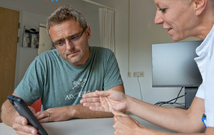 BeterDichtbij.nl maakt het mogelijk om via een app met de arts in het ziekenhuis te praten.