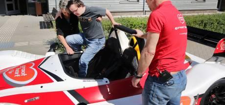 Ronkende motor maakt indruk op slechtziende bewoners : 'Je zit erbij als Max Verstappen'