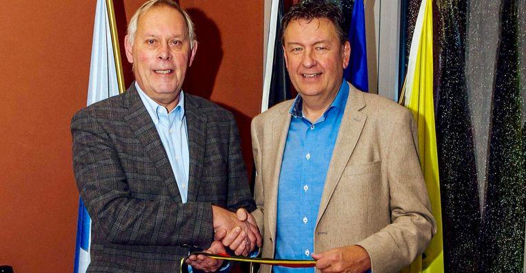 Charly Moyaerts (links) geeft de sjerp door aan Patrick Lismont.
