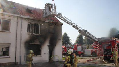 Bewoner (25) zwaargewond bij hevige woningbrand, vrouw en twee kindjes kunnen ontkomen