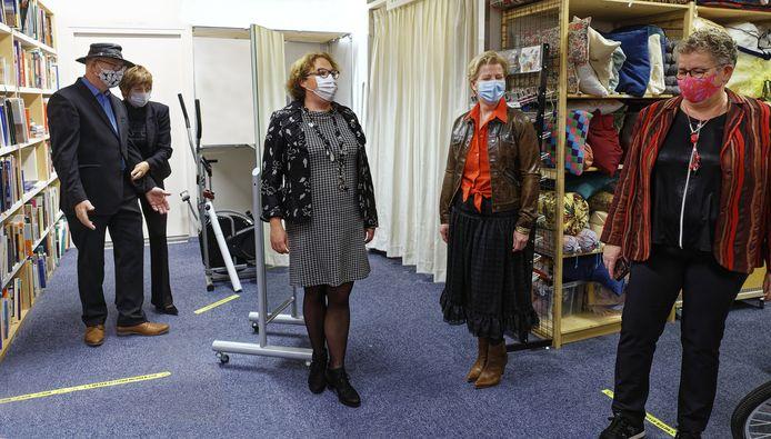 In het kader van de Duurzame Week Boxtel hesen verschillende lijsttrekkers bij de aanstaande gemeenteraadsverkiezingen zich in kleding van de kringloopwinkel.
