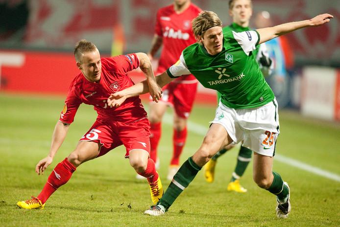 Peter Niemeyer duelleert in 2010 namens Werder Bremen met Miroslav Stoch van FC Twente. De Duitser krijgt samen met Eric Weghorst de leiding over de voetbalacademie van FC Twente.