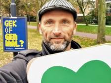 Robbert fietst elke dag met zijn groene hart door Haarlem voor meer verbinding: 'Maar ik ben geen hippie hoor'