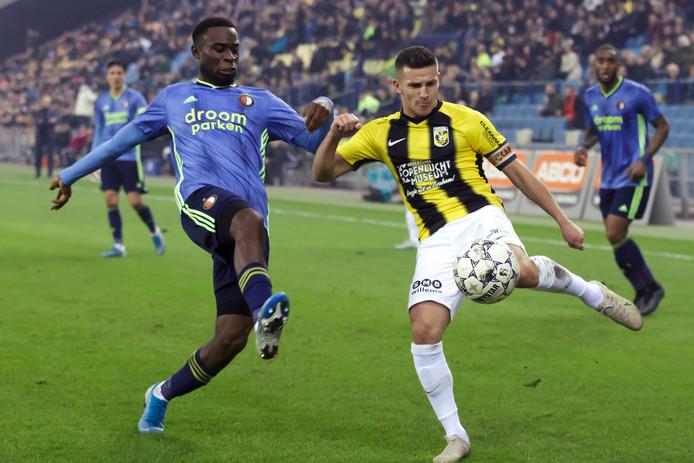 Bryan Linssen in duel met Lutsharel Geertruida van Feyenoord.