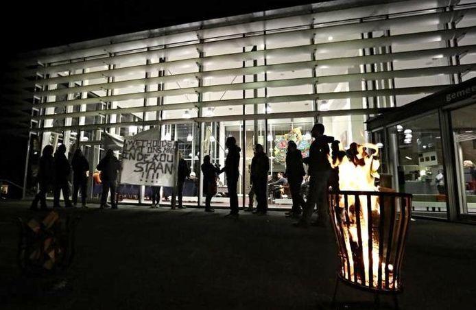 Protest van jongeren voor het raadhuis in Rhenen.
