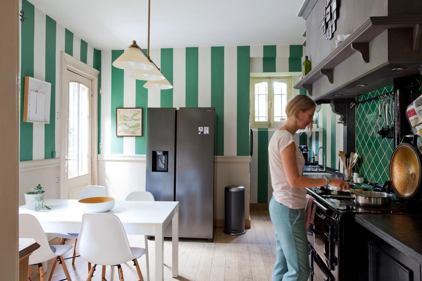 """De keuken wordt binnenkort vernieuwd. """"Eindelijk verdwijnen de groen-witte banden, maar het AGA-fornuis blijft."""""""