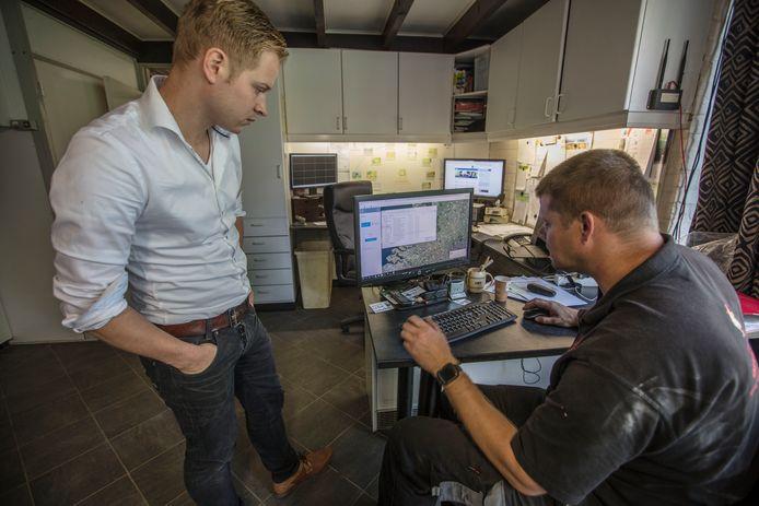 Jacob van den Borne (r) en Tommy Huijbregts(l) bekijken resultaat van glasvezel in Reusel.