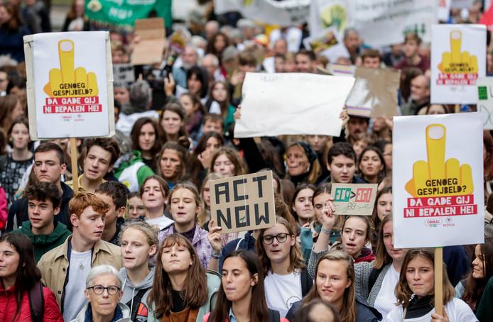 Des jeunes manifestent pour le climat à Bruxelles.