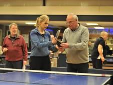 Bettine Vriesekoop geeft Renkumse 50-plussers tafeltennisles