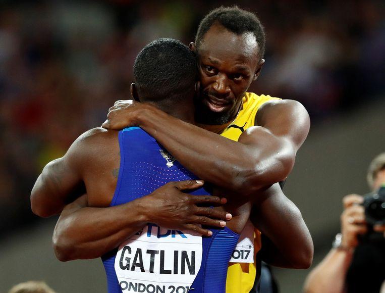 Usain Bolt omhelst Justin Gatlin. Beeld REUTERS
