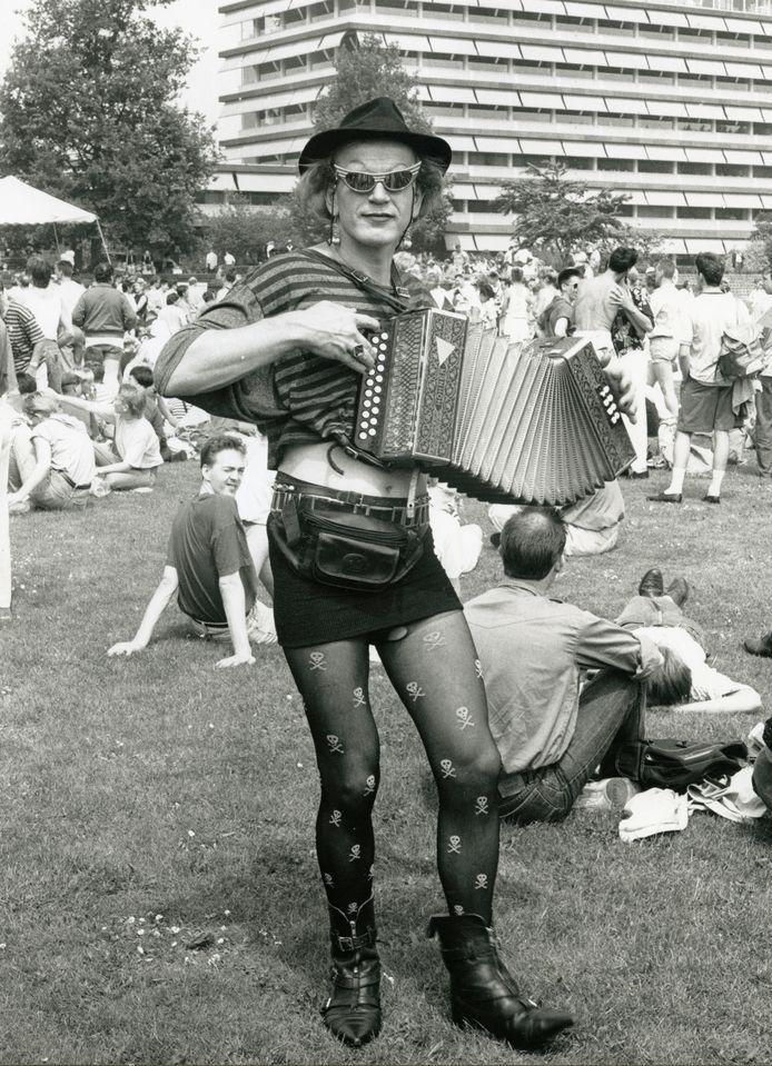 Deelnemer aan de Roze Zaterdag in 1990.