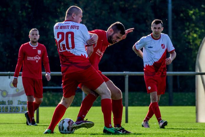 Duel om de bal tijdens de wedstrijd FC Drunen - White Boys.